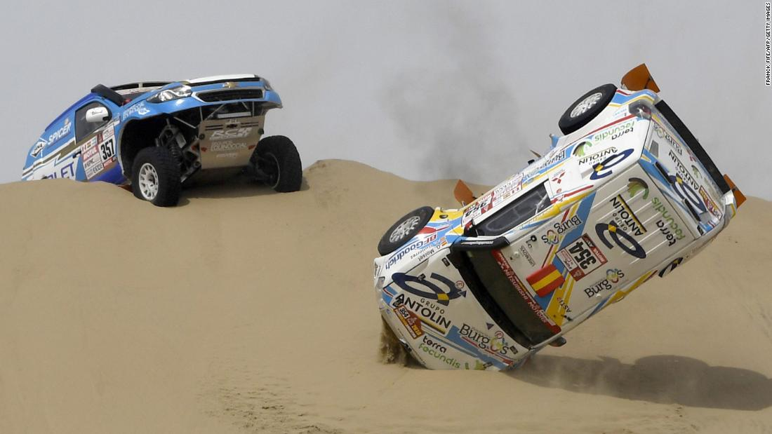 The car of Cristina Gutierrez Herrero and Gabriel Moiset Ferrer crashes during the first stage of the Dakar Rally on Saturday, January 6. The Spaniards were still able to finish the stage, which took place between Lima and Pisco, Peru.