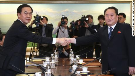 epa06425935 South Korean Unification Minister and chief delegate Cho Myoung-gyon (L) shakes hands with North Korea's chief delegate Ri Son-gwon (R) prior to their meeting in the truce village of Panmunjom, North Korea, 09 January 2018. The meeting is meant to discuss Pyongyang's possible participation in the PyeongChang Winter Olympics in February and ways to improve their long-stalled ties.  EPA/JUNG UI-CHEL / POO