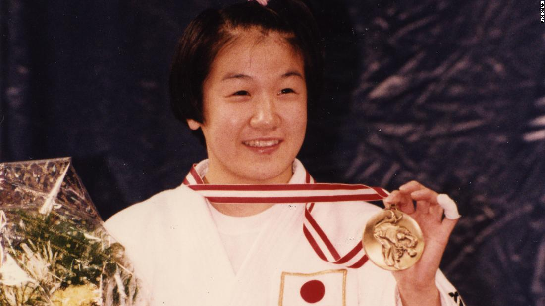 She won her first World Championship title in 1993, defeating Li Aiyue of China in the final.