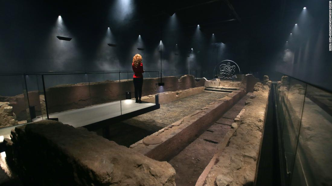Worshipers sat on wooden benches in the side aisles, while the rituals took place in the nave. The London Mithraeum is bigger than most, measuring 18 meters long and eight meters wide.