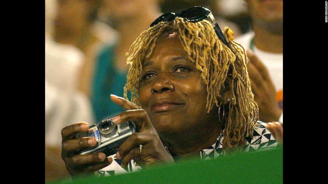 That same year the two sisters also met in the Australian Open women's singles final with their mother Oracene watching. Serena won the match 7-6 3-6 6-4.