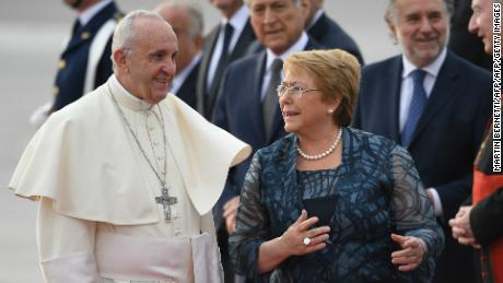cnnee encuentro brk llegada papa francisco chile recibimiento michelle bachelet_00001907