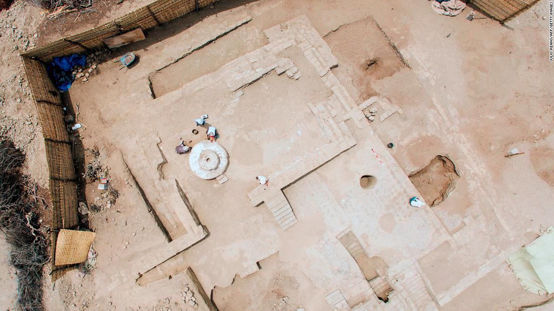 An aerial view of the archaeological site shows how the two rooms were adjoined by a porch. A staircase leads up to the banquet hall. Next door was the meeting room, where a circular podium sits in front of the doorway, from which a Moche leader may have made speeches.