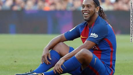 Former Barcelona's Brazilian forward Ronaldinho sits on the field during a charity football match between Barcelona Legends vs Manchester United Legends at the Camp Nou stadium in Barcelona on June 30, 2017. / AFP PHOTO / PAU BARRENA        (Photo credit should read PAU BARRENA/AFP/Getty Images)