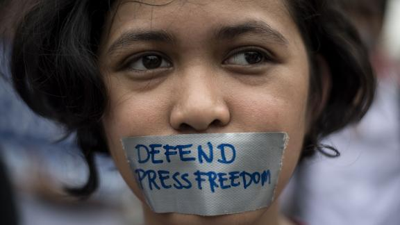 TOPSHOT - College students participate in a protest to defend press freedom in Manila on January 17, 2018. Philippine President Rodrigo Duterte's government on January 17 urged reporters of a news website facing state-enforced closure to reinvent themselves as bloggers, rejecting allegations Manila was cracking down on the free press. / AFP PHOTO / Noel CELIS        (Photo credit should read NOEL CELIS/AFP/Getty Images)