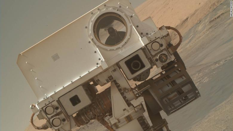 "Tweet by @MarsCuriosity ""I'm back! Did you miss me? This selfie is part of a fresh batch of images, direct from #Mars. Check out all my raw images at https://go.nasa.gov/2n5oyKo """