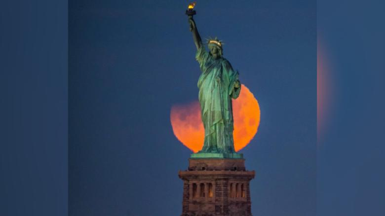 'Super blue blood moon' lights up the skies