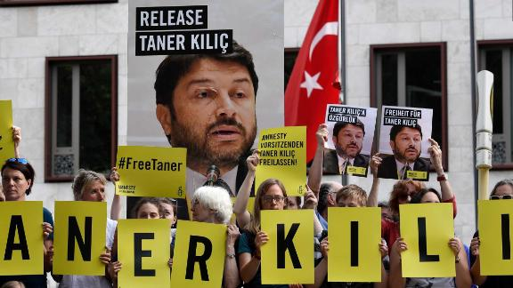 Amnesty activists protest against Kılıç's detention in front of the Turkish embassy in Berlin last June.