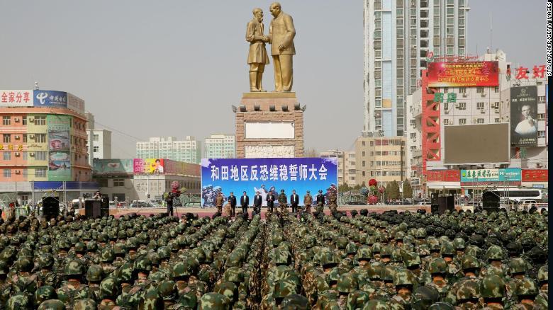 这张于2017年2月27日拍摄的照片显示,中国军警参加了中国西北地区和田新疆维吾尔自治区的反恐誓言集会。