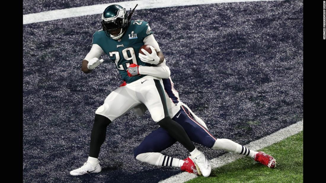Philadelphia's LeGarrette Blount runs for a 21-yard touchdown in the second quarter. It gave the Eagles a 15-3 lead.