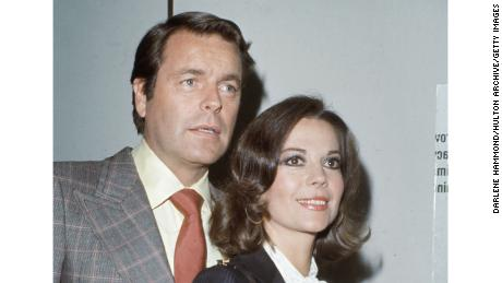 circa 1975:  Married American actors Robert Wagner and Natalie Wood (1938 - 1981).  (Photo by Darlene Hammond/Hulton Archive/Getty Images)