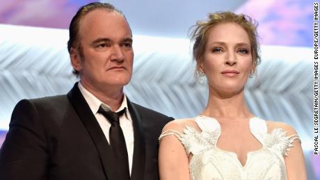 CANNES, PHÁP - 24 Tháng 4: Đạo diễn Quentin Tarantino và nữ diễn viên Uma Thurman xuất hiện trên sân khấu để trao giải Palme cho giải thưởng trong Lễ bế mạc Liên hoan phim Cannes lần thứ 67 vào ngày 24 tháng 5 năm 2014 tại Cannes, Pháp.  (Ảnh của Pascal Le Segretain / Getty Images)