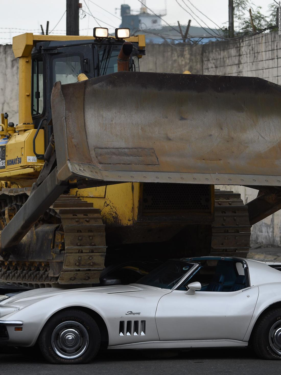 180206155402-philippines-rodrigo-duterte-smuggled-cars-wrecking -sje-bks-lon-orig-2-super-34.jpg