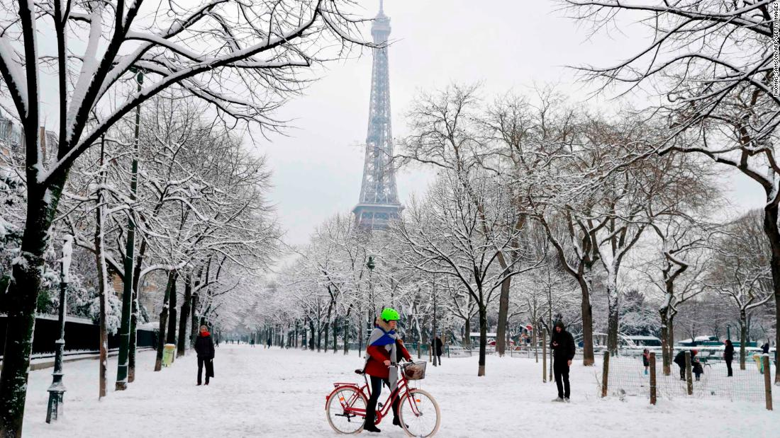 paris snow closes eiffel tower brings traffic chaos cnn. Black Bedroom Furniture Sets. Home Design Ideas