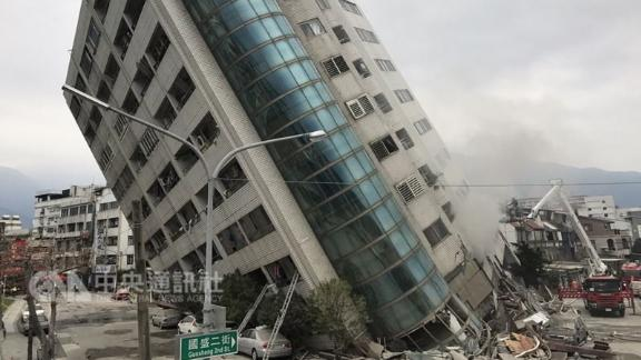 The Yun Men Tsui Ti building in Hualien leans over Wednesday after the earthquake.