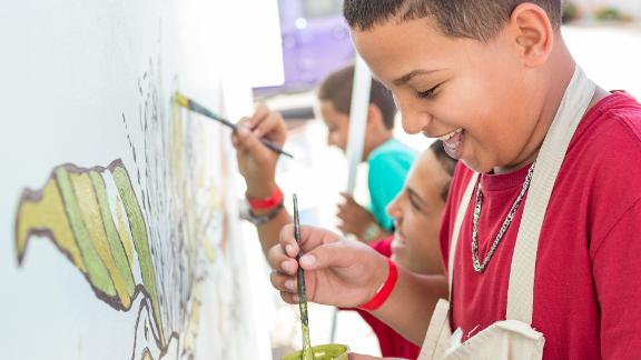 Children in Punta Santiago add color to the plants in the new mural.