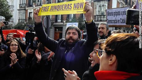 A protestor (C) holds a banner demanding freedom for jailed deposed Catalan regional vice-president and 'Esquerra Republicana de Catalunya' - ERC (Republican Left of Catalonia) leader Oriol Junqueras in front of the Spanish Supreme Court in Madrid on February 19, 2018. A Spanish judge freed leading Catalan separatist Marta Rovira, who faces charges over her wealthy region's independence bid, ordering her to post bail of 60,000 euros ($75,000), a source close to the case said. / AFP PHOTO / OSCAR DEL POZO        (Photo credit should read OSCAR DEL POZO/AFP/Getty Images)