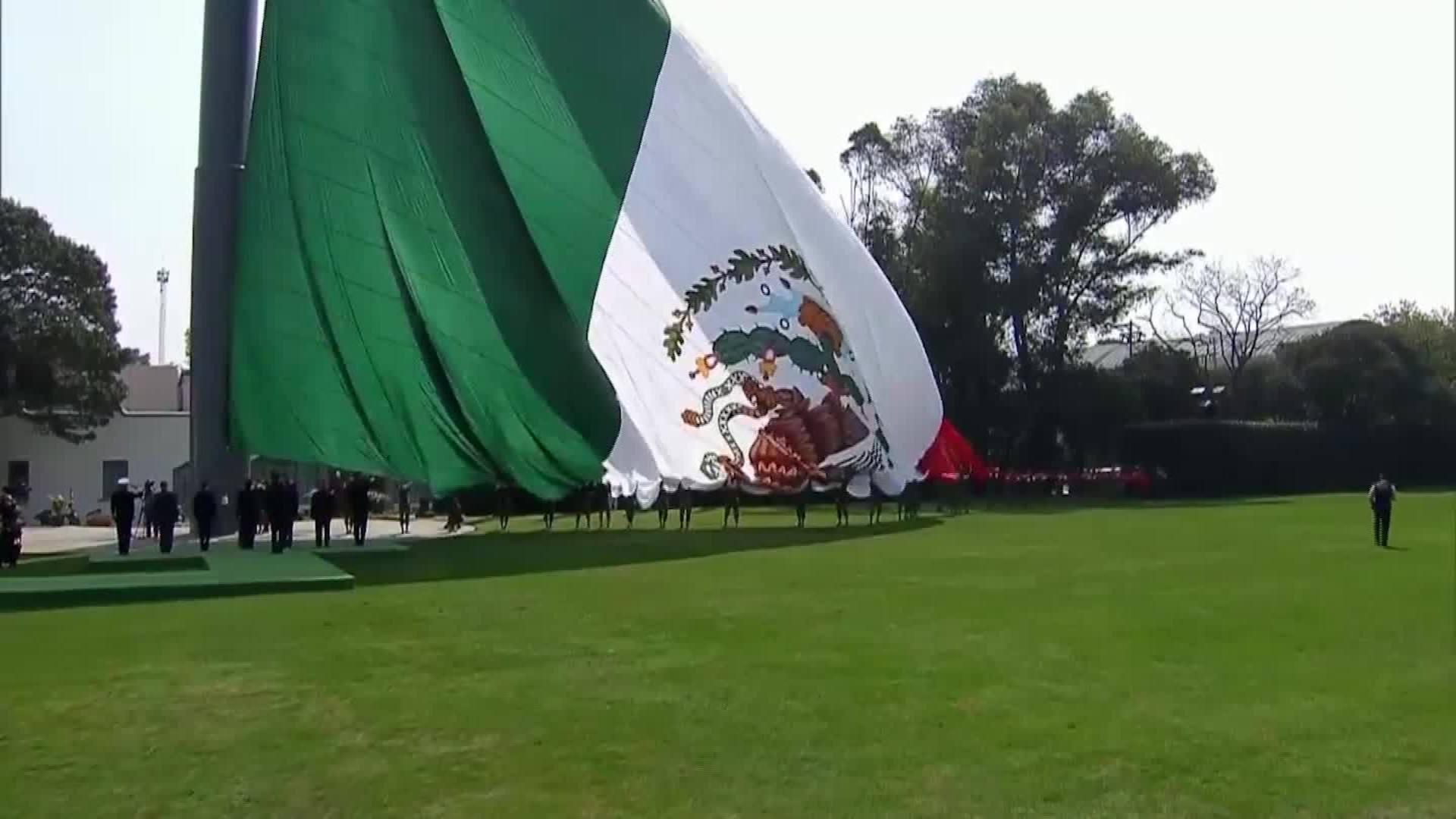 Izan Bandera Mexicana Al Revés En Evento De Peña Nieto Cnn Video