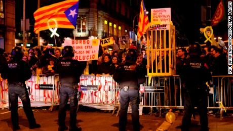 Catalan pro-independence demonstrators protest against the visit of Spain´s King Felipe VI at the Mobile World Congress (MWC) on February 25, 2018 in Barcelona. Spain´s King Felipe VI visits Barcelona for the fist time since a failed declaration of independence by the regional parliament on October 27 that deeply divided Catalans and triggered Spain's worst political crisis since the country returned to democracy following the death of longtime dictator Francisco Franco in 1975. / AFP PHOTO / Pau Barrena        (Photo credit should read PAU BARRENA/AFP/Getty Images)