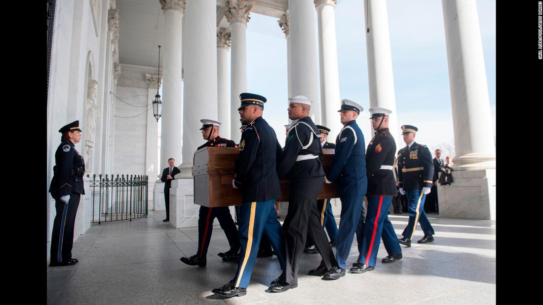 A military honor guard carries Graham's casket to the US Capitol.