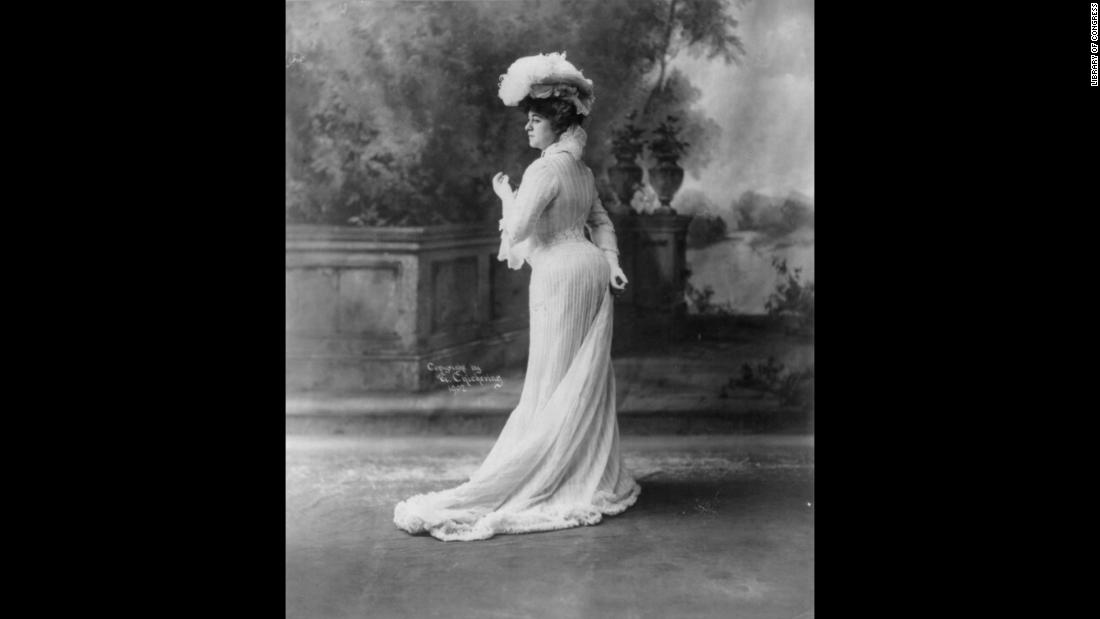 A photo of Bianca Lyons, circa 1902. The actress' curves are emphasized by her corset.