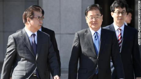 Chung Eui-yong (second from the right), head of the presidential National Security Office, and Suh Hoon (left), the chief of the South's National Intelligence Service, talk before leaving for Pyongyang Monday.