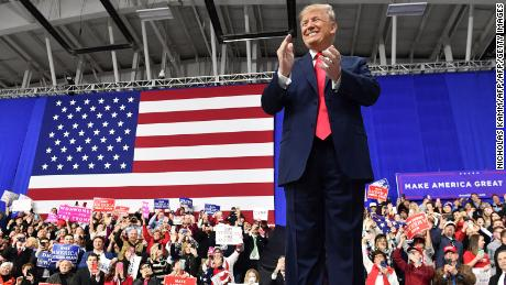 US President Donald Trump applauds on stage at the Make America Great Again Rally on March 10, 2018 in Moon Township, Pennsylvania. / AFP PHOTO / Nicholas Kamm        (Photo credit should read NICHOLAS KAMM/AFP/Getty Images)