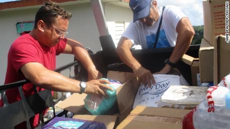 Volunteers loading up the back of Pablo Méndez Lázaro's truck.