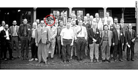 This lone woman at a 1971 gathering of scientists sparked a flurry of amateur sleuthing on Twitter.