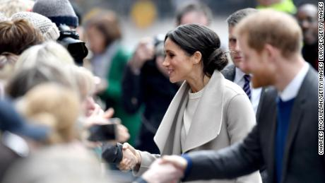 BELFAST, UNITED KINGDOM - MARCH 23:  Prince Harry (R) and Meghan Markle interact with the crowd as they depart from to the Crown Liquor Saloon during their visit to Northern Ireland on March 23, 2018 in Belfast, Northern Ireland, United Kingdom.  (Photo by Charles McQuillan/Getty Images)