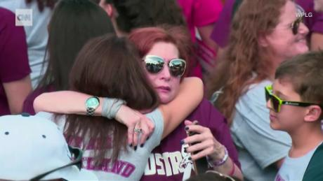 Watch hundreds embrace in Parkland