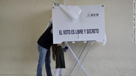 People vote for governor of the Mexico State at a polling station   in Metepec, Mexico State on June 4, 2017. / AFP PHOTO / PEDRO PARDO        (Photo credit should read PEDRO PARDO/AFP/Getty Images)
