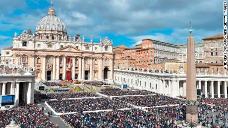 TOPSHOT - Faithful attend the mass of Easter celebrated by Pope Francis on April 1, 2018 at St Peter's square in Vatican. 