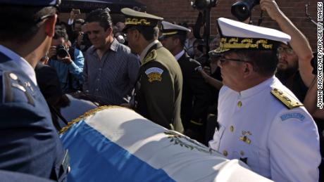 Military personnel carry the coffin of former Guatemalan dictator (1982-1983) retired General Jose Efrain Rios Montt, arriving at the cementery, in Guatemala City on April 1, 2018 moments after his death was announced.  Efrain Rios Montt, a former military dictator who ruled Guatemala between 1982 and 1983 and who was facing retrial on genocide charges, died on April 1, 2018 aged 91, sources close to his family said. One of his lawyers, Jaime Hernandez, told reporters that Rios Montt died of heart failure in his home. / AFP PHOTO / Johan ORDONEZ        (Photo credit should read JOHAN ORDONEZ/AFP/Getty Images)