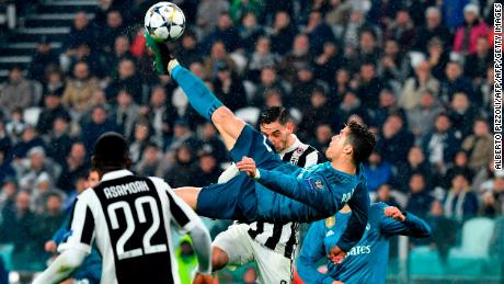 TOPSHOT - Real Madrid's Portuguese forward Cristiano Ronaldo (C) scores during the UEFA Champions League quarter-final first leg football match between Juventus and Real Madrid at the Allianz Stadium in Turin on April 3, 2018. / AFP PHOTO / Alberto PIZZOLI        (Photo credit should read ALBERTO PIZZOLI/AFP/Getty Images)