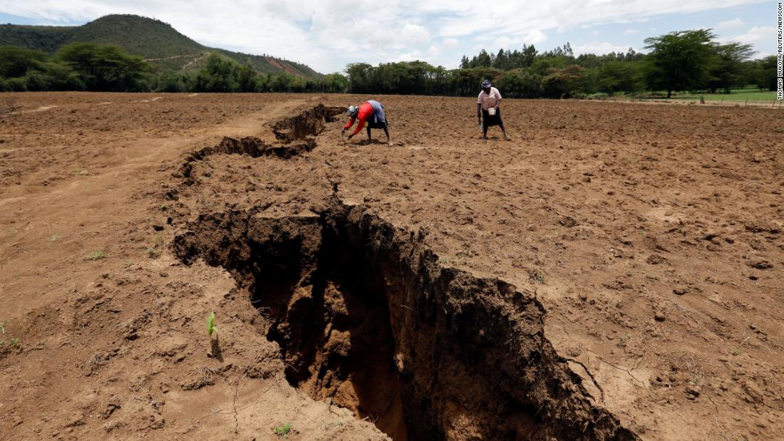 A crack has appeared in Kenya that is thought to be the result of gliding plate tectonics.