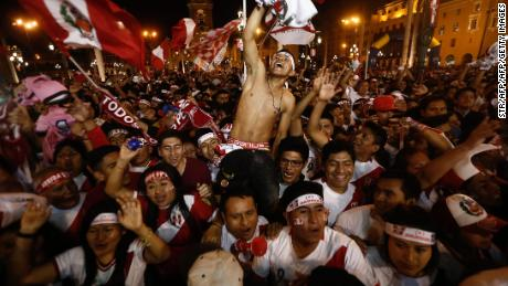 TOPSHOT - Supporters of Peru celebrate a goal against New Zealand during the 2018 World Cup qualifying play-off second leg football match, at the Plaza Mayor square in Lima, Peru, on November 15, 2017. / AFP PHOTO / STR        (Photo credit should read STR/AFP/Getty Images)