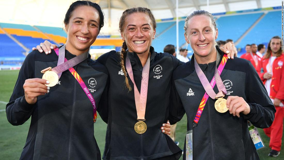 Sarah Goss, Niall Williams and Brazier of New Zealand pose with their gold medals.