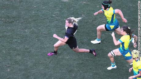 In extra time New Zealand's Kelly Brazier breaks through the Australian defense to score the winning try and win gold for Australia.