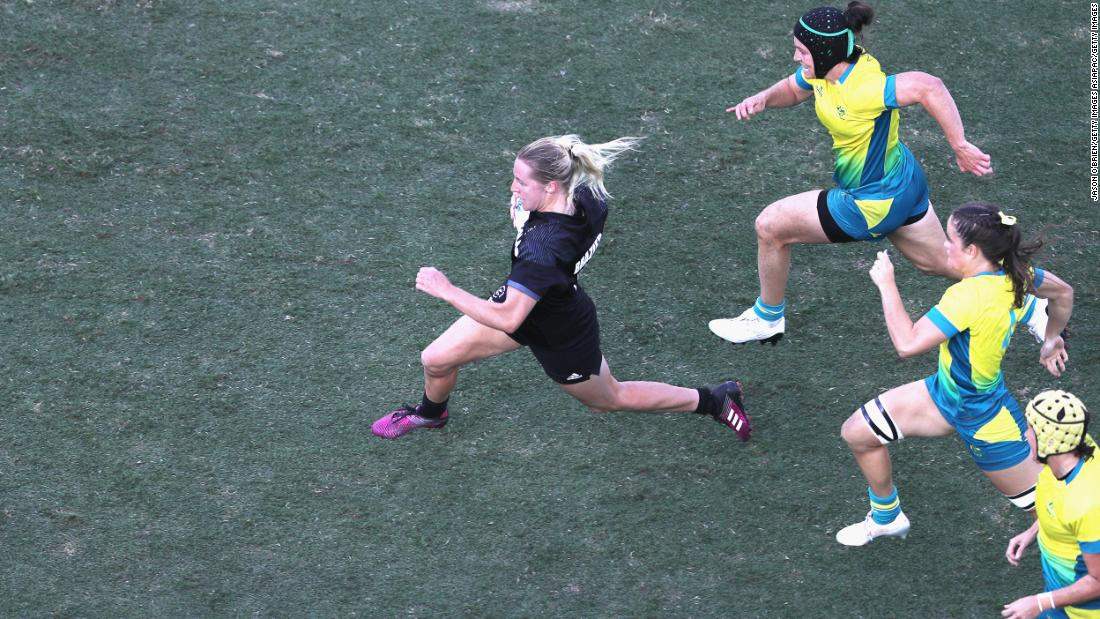 In extra-time New Zealand's Kelly Brazier breaks through the Australian defense to score the winning try and win gold for the Kiwis.