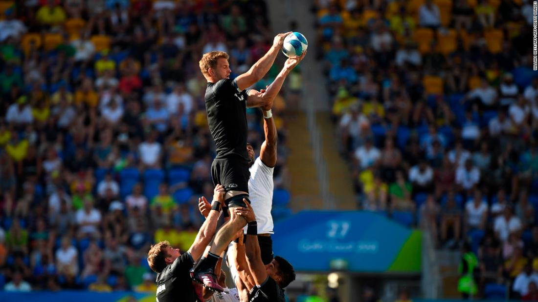 Curry takes the ball in a lineout during the final.
