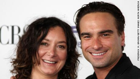 Actors Sara Gilbert (L) and Johnny Galecki