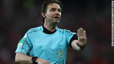 MAINZ, GERMANY - APRIL 16:  Referee Guido Winkmann gestures during the Bundesliga match between 1. FSV Mainz 05 and Sport-Club Freiburg at Opel Arena on April 16, 2018 in Mainz, Germany.  (Photo by Alex Grimm/Bongarts/Getty Images)