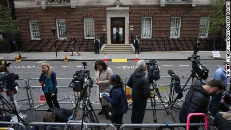 Members of the press set up outside the private Lindo Wing of St Mary's Hospital, in central London on April 23, 2018, where Britain's Catherine, Duchess of Cambridge is in labour. - Catherine, the wife of Britain's Prince William, was admitted to hospital in London on Monday in the early stages of labour, Kensington Palace announced. (Photo by Daniel LEAL-OLIVAS / AFP)        (Photo credit should read DANIEL LEAL-OLIVAS/AFP/Getty Images)