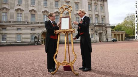 A notice on an easel outside Buckingham Palace announces the birth of the new prince.