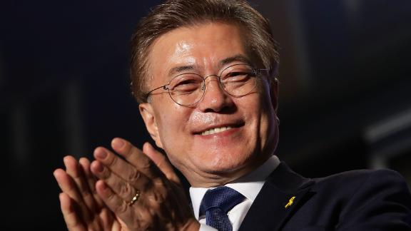 SEOUL, SOUTH KOREA - MAY 09:  South Korean President-elect Moon Jae-in, of the Democratic Party of Korea, celebrates with supporters at Gwanghwamun Square on May 9, 2017 in Seoul, South Korea. Moon Jae-in declared victory in South Korea