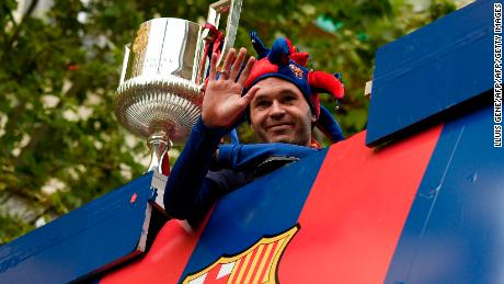Barcelona's Spanish midfielder Andres Iniesta waves from an open-top bus as the team parades to celebrate their 25th La Liga title in Barcelona on April 30, 2018. - Barcelona won their 25th La Liga title after a 4-2 win against Deportivo La Coruna. (Photo by LLUIS GENE / AFP)        (Photo credit should read LLUIS GENE/AFP/Getty Images)