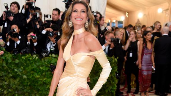 Gisele Bundchen was dressed in gold dress made of ecologically dyed silk.