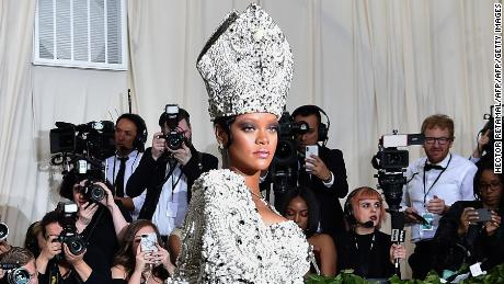 Rihanna arrives for the 2018 Met Gala on May 7, 2018, at the Metropolitan Museum of Art in New York. - The Gala raises money for the Metropolitan Museum of Arts Costume Institute. The Gala's 2018 theme is Heavenly Bodies: Fashion and the Catholic Imagination. (Photo by Hector RETAMAL / AFP)        (Photo credit should read HECTOR RETAMAL/AFP/Getty Images)
