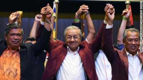 Former Malaysian prime minister and opposition candidate Mahathir Mohamad (center) celebrates with his coalition leaders during a press conference in Kuala Lumpur on early May 10, 2018.
